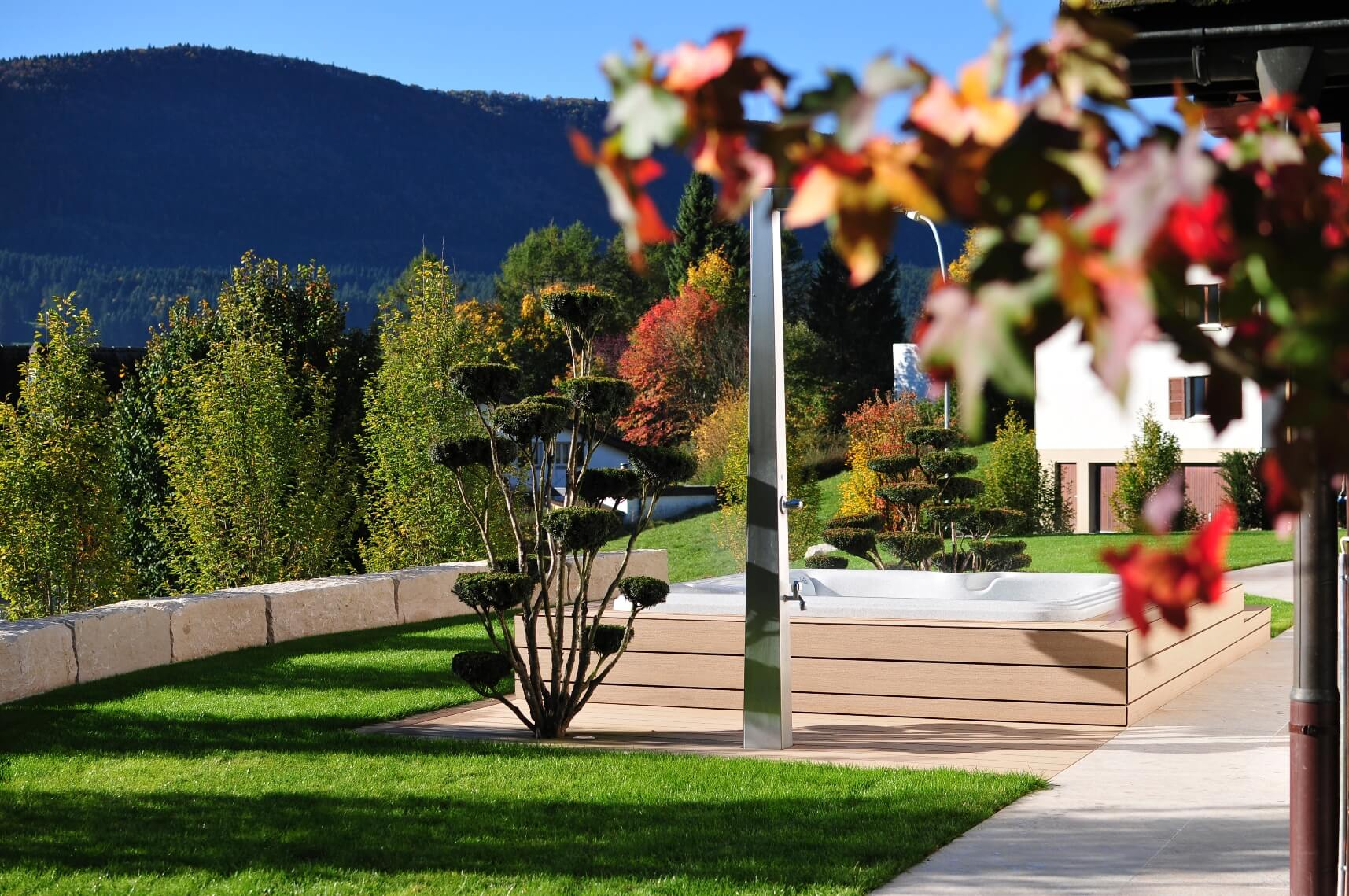 aellig paysages alentours maison familiale terrasse jacuzzi balançoires jardin talus malleray (1)
