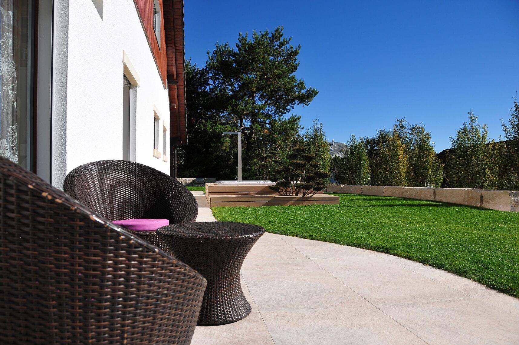 aellig paysages alentours maison familiale terrasse jacuzzi balançoires jardin talus malleray (13)
